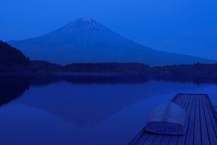 富士山と夕方の田貫湖の写真素材 [FYI04105405]