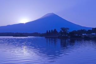 田貫湖と富士山からの日の出の写真素材 [FYI04105410]