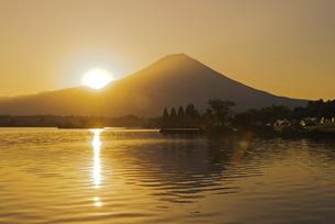 田貫湖と富士山からの日の出の写真素材 [FYI04105411]