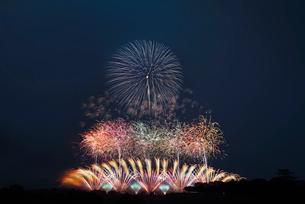 利根川大花火大会 オープニングミュージックスターマイン 赤と白~令和のはじまり~の写真素材 [FYI04105461]
