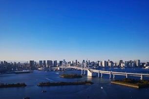 レインボーブリッジと東京のビル群の写真素材 [FYI04106042]