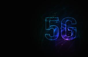 5G第5世代移動通信システムの青背景イメージイラストのイラスト素材 [FYI04106176]