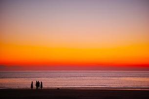 夕暮れの海とたたずむ人影の写真素材 [FYI04106228]