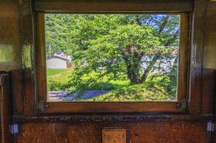 福島県 旧国鉄熱塩駅 展示車両 窓の写真素材 [FYI04106245]