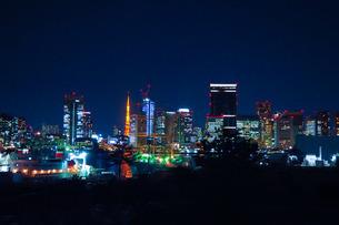 晴海ふ頭からの船とビル群の夜景の写真素材 [FYI04106262]