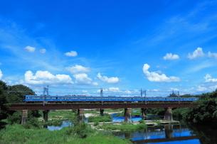入間川鉄橋を渡る西武20000系の写真素材 [FYI04106269]