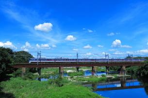 入間川鉄橋を渡る西武10000系レッドアローの写真素材 [FYI04106273]