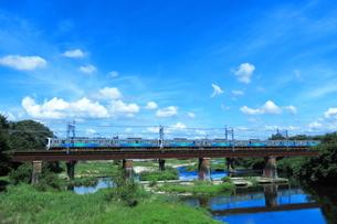 入間川鉄橋を渡る西武30000系スマイルトレインの写真素材 [FYI04106287]