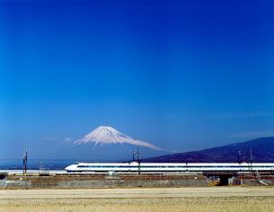 旧型車両100系の東海道新幹線と富士山の写真素材 [FYI04106426]