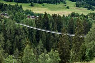 スイス、ブリーグ近郊の吊り橋の写真素材 [FYI04106530]