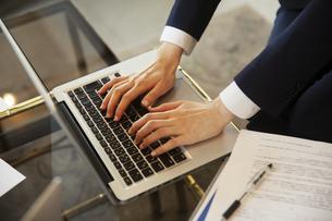 PCを操作する女性の手元の写真素材 [FYI04106781]