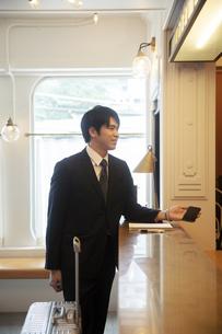 ホテルにチェックインをする男性の写真素材 [FYI04106814]