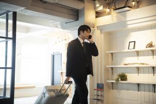 スマートフォンで電話をする男性の写真素材 [FYI04106816]