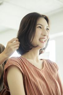 美容室でカウンセリング中の笑顔の20代女性の写真素材 [FYI04106817]