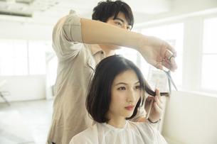 美容室でカットをしてもらう20代女性の写真素材 [FYI04106830]