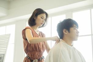 美容室で髪を切る女性の美容師の写真素材 [FYI04106839]