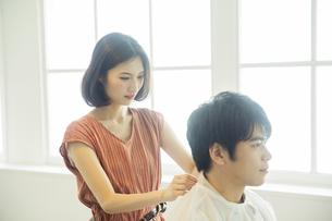 美容室で髪を切る女性の美容師の写真素材 [FYI04106840]