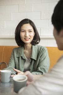 カフェで会話をする若いカップルの写真素材 [FYI04106860]