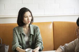 カフェで会話をする若いカップルの写真素材 [FYI04106861]