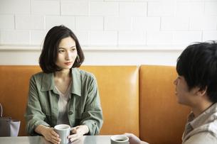 カフェで会話をする若いカップルの写真素材 [FYI04106865]