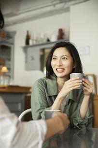 カフェで会話をする若いカップルの写真素材 [FYI04106866]