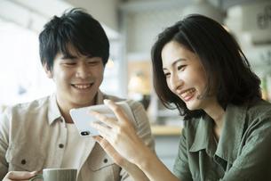 カフェで会話をする若いカップルの写真素材 [FYI04106880]