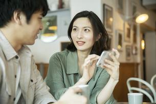 カフェで会話をする若いカップルの写真素材 [FYI04106883]