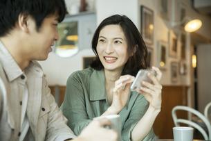 カフェで会話をする若いカップルの写真素材 [FYI04106884]