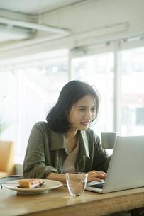 カフェでパソコンを見る女性の写真素材 [FYI04106897]