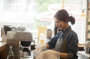 カフェで働く20代女性の写真素材 [FYI04106913]