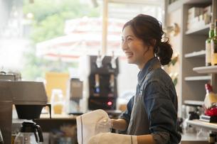 カフェで働く20代女性の写真素材 [FYI04106914]