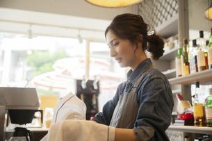 カフェで働く20代女性の写真素材 [FYI04106915]