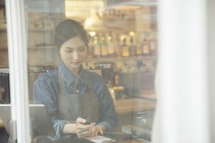 カフェ働く女性店員の写真素材 [FYI04106957]