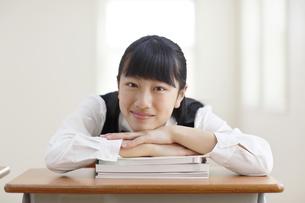 教室でくつろぐ制服姿の女の子の写真素材 [FYI04107015]