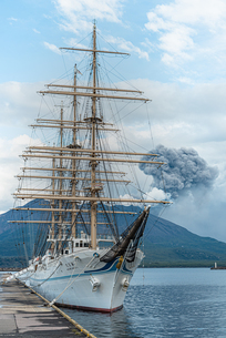 海王丸と桜島の写真素材 [FYI04107156]