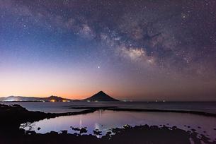 開聞岳 日の出前の天の川の写真素材 [FYI04107157]
