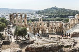 フィロパポスの丘とアテネ市街地を背景に見るへロド・アッティコス音楽堂の写真素材 [FYI04107164]