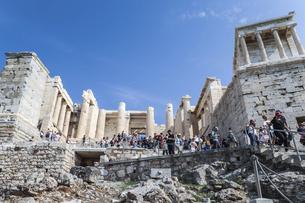 大勢の観光客で賑わうアクロポリス入り口前門風景の写真素材 [FYI04107165]