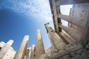 アクロポリス入り口建築物を青空に見上げるの写真素材 [FYI04107170]