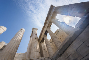 アクロポリス入り口建築物を空に見上げるの写真素材 [FYI04107173]