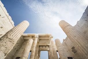 アクロポリス入り口建築物を空に見上げるの写真素材 [FYI04107174]