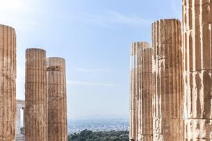 アクロポリスの聳え立つ列柱越しに霞むアテネ市街地を望むの写真素材 [FYI04107175]