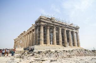 修復中の足場を見るパルテノン神殿の写真素材 [FYI04107176]