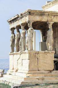 エレクティオン神殿カリアティードを見るポーチの写真素材 [FYI04107182]