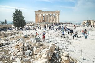 大勢の観光客を見るパルテノン神殿の写真素材 [FYI04107190]