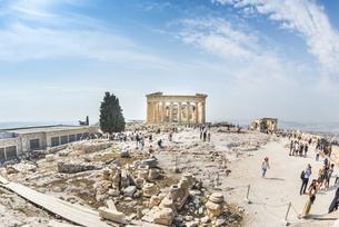 大勢の観光客を見るパルテノン神殿の写真素材 [FYI04107191]