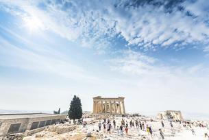 大勢の観光客を見るパルテノン神殿の写真素材 [FYI04107192]