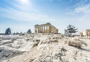 石灰岩の上に建つパルテノン神殿の写真素材 [FYI04107193]