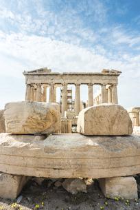 パルテノン神殿を背景に見る文字が刻まれた大理石の写真素材 [FYI04107196]