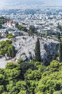 アクロポリスの丘よりアレオパゴスの丘とアテネ市街地を望むの写真素材 [FYI04107204]
